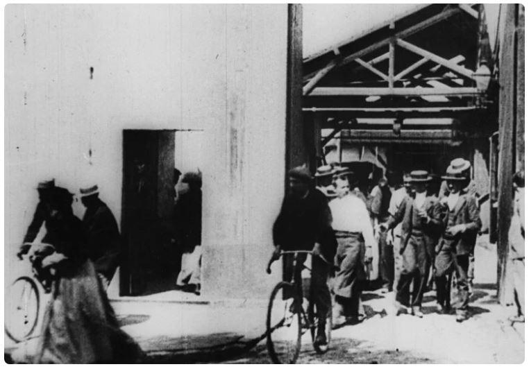 Выход рабочих с фабрики Люмьер в Лионе